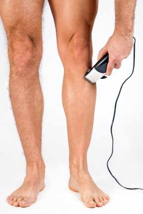 man-shaving-one-leg